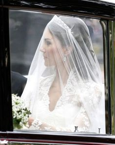Stunning : Kate Middleton on her way to her wedding at Westminster Abbey. She would become Duchess of Cambridge immediately. Royal Brides, Royal Weddings, Duchess Kate, Duchess Of Cambridge, Royal Wedding 2011, George Et Charlotte, William Kate Wedding, Principe William Y Kate, Princesse Kate Middleton
