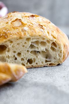 This easy No-Knead Bread loaf has a deliciously crisp crust and a soft spongy center. Its the perfect blend of soft and chewy. With only 4 ingredients (flour salt yeast and water) you can make a bakery-quality scrumptious loaf of homemade bread. Artisan Bread Recipes, Loaf Recipes, Easy Bread Recipes, Cooking Recipes, White Bread Machine Recipes, Cooking Stuff, Dry Bread, Bread Bun, Bread Baking