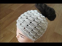 Crochet messy bun hat subtitles only The same hat English video below description box Crochet Crown, Crochet Beret, Crochet Headband Pattern, Crochet Cap, Knitted Hats, Crochet Braids, Baby Hat Patterns, Crochet Patterns, Crochet Videos