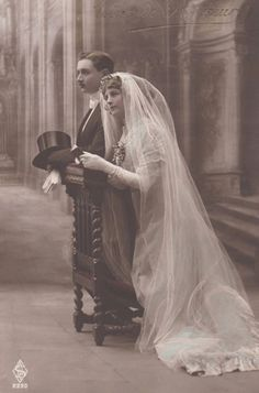 1908 - a lovely picture from so long ago, yet so timely. Vintage Wedding Photos, Vintage Bridal, Vintage Photos, Vintage Weddings, Photo Souvenir, Wedding Postcard, Vintage Couples, Vintage Photographs, Vintage Beauty