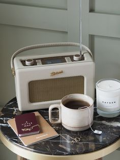 Cosy bedroom details - Retro Roberts radio and beige stoneware mug - marble bedside table Bedroom A cosy staycation at The Hoxton Southwark in London Roberts Radio, Retro Aesthetic, Beige Aesthetic, Small Table And Chairs, Cosy Room, Retro Radios, Stoneware Mugs, Staycation, Retro Vintage