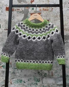 *Little Hearts* is a simple ba Baby Sweater Patterns, Fair Isle Knitting Patterns, Knitting Designs, Knit Patterns, Baby Pullover, Baby Cardigan, Baby Boy Sweater, Baby Fair, Pull Jacquard