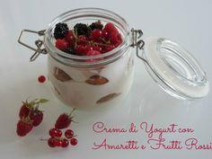 Crema di yogurt con amaretti e frutti rossi