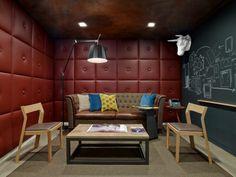 la salle de conférence avec murs souges de Conde Nast Entertainment