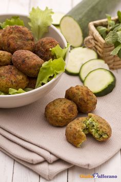 Le polpette di #zucchine (zucchini balls) sono delle polpette vegetariane a base di zucchine e ricotta che rappresentano una gustosa variante alle classiche polpette di carne. #ricetta #GialloZafferano #vegetariani #vegetarian
