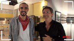 """Juan Cousteau(Adrián Suar) y Abel Pintos cantaron juntos el tema """"La llave"""" dedicado a su hermosa vecina. Mirá este detrás de escena y enterate cómo grabaron este musical."""