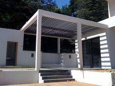 Een terras overkapping van Biossun ingebouwd in de betonnen constructie van het huis, waardoor het daar perfect bij combineert. Doordat het oppervlakte van de overkapping heel lekker groot is kan je er een heerlijke lounge ruimte van maken waar je onder alle weersomstandigheden lekker kunt relaxen