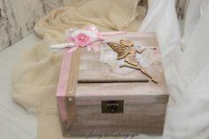 3002 ξύλινο ευχολόγιο με θέμα τη νεράιδα Το πιο ονειρεμένο κουτί για ευχές είναι μόνο εδώ! Φτιαγμένο από ξύλο σημύδας βαμμένο με την τεχνική της παλαίωσης με ιδιαίτερες αποχρώσεις. Τρία χειροποίητα υφασμάτινα λουλούδια, σατέν φιογκάκια, πέρλες, φουντάκια αλλά και μια ξύλινη νεραιδούλα δημιουργούν το πιο όμορφο ευχολόγιο για την μικρή σας νεραιδα! Το μεταλλικό vintage κούμπωμα το κάνει ακόμα πιο ξεχωριστό! Συνοδεύεται από 25 ξύλινα ταμπελάκια για τις ευχές από ξύλο σημύδας. Αν χρειάζεστε…