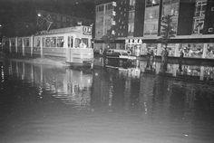 15 september 1967 AMSTERDAM-WATEROVERLAST-BURGEMEESTER DE VLUGTLAAN  De Burgemeester de Vlugtlaan in Amsterdam West veranderde vrijdagavond tengevolge van een hevige regenbui in een binnenmeertje, waarin menige auto het moest opgeven. De tram kon het wel redden, zij het dan ook met fraaie fonteinen aan weerszijden,