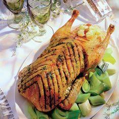 Dacă umblă vorba în sat că nu e sănătoasă carnea de pui din comerţ, atunci hai să încercăm altceva! Cum să prepari o gâscă umplută: 1. Pasarea se curaţa foarte bine, eventual se pârleste la flacara aragazului si se usuca. 2. Se pregateste umplutura prin amestecarea cepei tocate marunt cu ficatul taiat cubuleţe, carnea tocata … Cordon Bleu, Pork, Food And Drink, Turkey, Chicken, Meat, Poultry Food, Cooking, Recipes