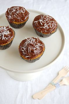 Coconut cupcakes with chocolate frosting / Cupcakes de coco com cobertura de chocolate by Patricia Scarpin, via Flickr