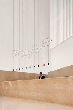 45 Beautiful Modern Chandelier Lights That Create Glamorous Interiors Lobby Design, Design Entrée, Design Hotel, Clean Design, Modern Design, Design Ideas, Lobby Interior, Interior Lighting, Lighting Design