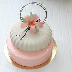 321 отметок «Нравится», 47 комментариев — kao_rich_ (@assel_ashimova) в Instagram: «Доброго воскресного дня! Торт для моей маленькой имениннице! А внутри, нижний ярус, мой фаворит с…» Creative Desserts, Fancy Desserts, Creative Cakes, Beautiful Desserts, Beautiful Cakes, Amazing Cakes, Pretty Cakes, Cute Cakes, Mirror Glaze Cake