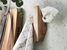 Formstarkt och praktiskt med SKUGGIS krok i bambu.