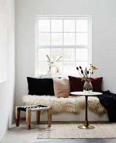 Der handgewebte Jute-Teppich von Madam Stoltz im angesagten Ethno-Look passt prima zu ganz unterschiedlichen Wohnstilen und verwandelt langweilige Ecken einfach in Lieblingsplätze für Individualisten