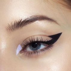 a graphic liner i wore with a black lip a week or two ago! i felt very spooky! Diy Beauty Makeup, Make Makeup, Lots Of Makeup, Makeup Tips, Clean Makeup, Makeup Ideas, Makeup Trends, Makeup Inspo, Makeup Geek
