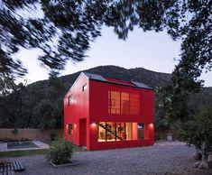 https://www.dezeen.com/2018/06/06/felipe-assadi-arquitectos-bright-red-casa-la-roja-house-mountains-chile/