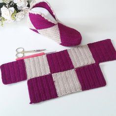 Simple Step by Step Slippers Tutorial - Crochet, Sockenstricken, Stricken, S Crochet Slipper Pattern, Knitted Slippers, Crochet Slippers, Filet Crochet, Crochet Stitches, Knit Crochet, Knitting Socks, Baby Knitting, Free Knitting