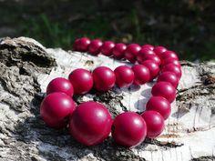 Dřevěné+korále:+Červené+Náhrdelník+z+dřevěných+korálů.+Korále+jsou+lehké,+nabarvené+akrylovou+barvou+a+pečlivě+přelakované+lesklým+lakem.+Jsou+vždy+navlčeny+na+pružnou+gumičku,+takže+je+možné+je+přetáhnout+pohodlně+přes+hlavu.+Velikost+a+počty+korálků:+1x30mm,+2x25mm,+6x20mm,+12x+18mm,+10x+16mm.+Každý+náhrdelník+je+ruční+výroba+a+je+originál.+Na...