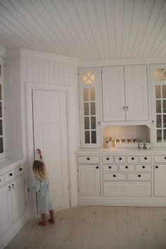 Home Decor Kitchen, Country Kitchen, Home Kitchens, Kitchen Cabinet Design, Kitchen Storage, Kitchen Cabinets, Corner Pantry, Kitchen Corner, White Houses