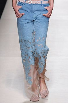 ORGANZA DENIM Vogue Fashion, Denim Fashion, Fashion Pants, Boho Fashion, Fashion Dresses, Womens Fashion, Diy Ripped Jeans, Shirt Transformation, Iranian Women Fashion