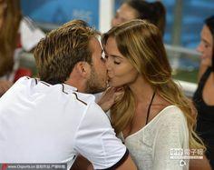 格策和女友凯瑟琳激吻。(圖/騰訊體育)