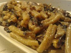 Pasta al radicchio, gorgonzola e noci Ingredienti: (per una porzione) -80gr di pasta -gorgonzola dolce -radicchio di Chioggia (molto amaro e mitiga bene la