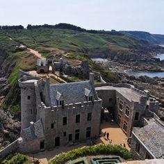 """Château de Fort-la-Latte 22, (également appelé La Roche-Guyon) occupe une presqu'ile naturlle s'enfonçant dans la mer, ce qui en fait un site très particulier sans réel équivalent en France. Construit au 14°s, il est assiègé plusieurs fois, notamment par Bernard du Guesclin en personne. Il est modernisé en 18°s pour défendre la côte contre les Anglais et sert de cadre au tournage de plusieurs scènes du film """"lzeq Vikings"""", de Richard Fleischer en 1958:"""