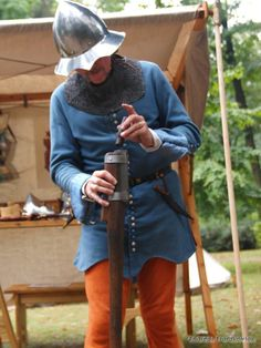 Loading the reconstruction of an early 15th century handgonne. At Grafschafter Museum Moers, Germany in September 2013
