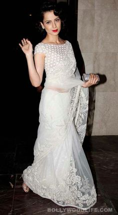 So Indian Marilyn Monroe :-Kangana ranaut in abujani sandeep khosla white lace saree Lace Saree, Saree Dress, Net Saree, White Saree Blouse, Floral Blouse, Indian Attire, Indian Ethnic Wear, Bollywood Saree, Bollywood Fashion