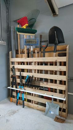 Super outdoor garden tool storage organization ideas 57 Ideas The Effective Pictures We Offer You About Garden Tools for kids A quality picture can tell you many things. Diy Garage Storage, Garden Tool Storage, Shed Storage, Garage Tool Organization, Pallet Organization Ideas, Pallet Storage, Yard Tool Storage Ideas, Garden Organization, Boot Storage