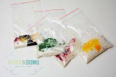 Pomysły na 10 worków sensorycznych, które zajmą dzieci na długo! | Mama w domu Parenting, Gift Wrapping, Tableware, Diy, Gifts, Gift Wrapping Paper, Dinnerware, Presents, Bricolage