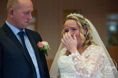 Ook tranen moeten er mogen zijn op een bruiloft - http://www.trouwfotografiefreya.nl/real-weddings/boerenbruiloft-trouwring-wedding/