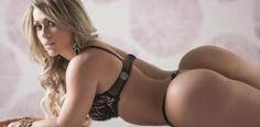 Poliana Lopes, que foi candidata a Miss Bumbum em 2013, posou para ensaio sensual após a cirurgia que fez nos...