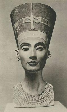 Egipcia Nefertiti, busto de piedra caliza, creado 1345 aC, descubrió ahora en Berlín 1912