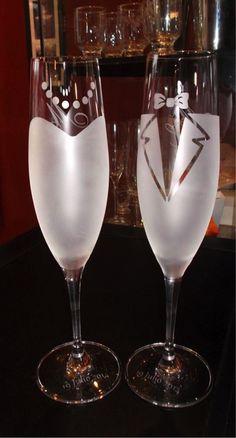 Champaign Glasses, Wedding Wine Glasses, Wedding Flutes, Decorated Wine Glasses, Painted Wine Glasses, Etched Glassware, Glitter Glasses, Wine Glass Crafts, Glass Engraving
