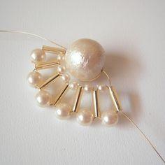 コットンパールの周りを扇形に装飾!... Thread Jewellery, Wire Jewelry, Beaded Jewelry, Earring Tutorial, Bracelet Tutorial, Jhumki Earrings, Beaded Earrings, Diy Crafts Jewelry, Bugle Beads