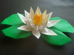 こんにちはご訪問ありがとうございます 今日は、宮本眞理子氏の「花の立体折り紙」より「スイレン」参照作品です☆ 「花びら6cm×12cmと5cm×10cm折り紙を各4枚、花芯3cm×6cm折り紙を4枚」を基本に作ってみました。 写真1枚目、白...
