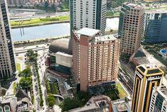 Localizado na região da Berrini, novo centro de negócios de São Paulo, o Sheraton São Paulo WTC Hotel faz parte do complexo WTC São Paulo e está a apenas 6km do Aeroporto de Congonhas e 36km de Guarulhos. Oferece acesso direto ao D, o maior shopping de decoração e design da América Latina, além de integração ao WTC Events Center, o maior Centro de Eventos em um complexo hoteleiro no Brasil.