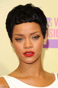 Inspiration Coiffure : Flashback : Rihanna en 15 looks beauté saisissants Rihanna Tour, Rihanna Style, Rihanna Fenty, Rihanna Hairstyles, Celebrity Hairstyles, World Hair, Celebrity Wigs, Hair Evolution, Asian Short Hair