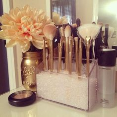 Bathroom vanity with makeup station diy makeup tool organizer and comfortable style Spray Paint Mason Jars, Painted Mason Jars, Rangement Makeup, Diy Vanity, Vanity Ideas, Vanity Set Up, Makeup Vanity Decor, Makeup Desk, Makeup Vanities
