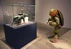 """La Tortuga Ninja Michelangelo visita la exposición """"Michelangelo: Divine Draftsman and Designer"""" en su vestuario en el Museo Metropolitano de Arte este 25 de enero de 2018 en Nueva York. Foto: AFP   #tortuganinja #ninjaturtle #newyork"""