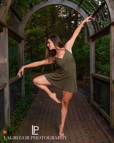 Dance Senior Pictures, Dance Picture Poses, Dance Photo Shoot, Poses For Pictures, Senior Photos, Dance Photoshoot Ideas, Dance Pics, Photography Senior Pictures, Dance Photography Poses