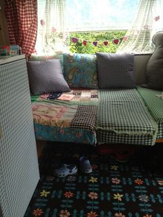 Nog zo'n cool voorbeeld van het gebruik van vinyltegels in een oldtimer camper; hier de Rosemary in alle glorie!