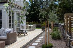 Nybyggd villa i Kullavik får en välförtjänt trädgård som går i samklang med hus och miljö. Härliga sociala ytor gör att umgänget flyttar utomhus om sommaren.