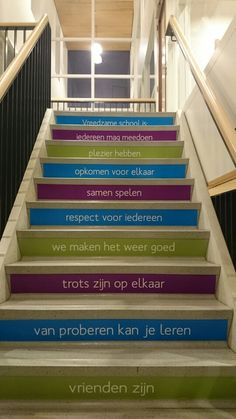 Schoolafspraken gemaakt door de leerlingen op de trap in de centrale hal. Vreedzame School op KCWesterbreedte 's-Hertogenbosch School Hacks, I School, Back To School, Classroom Rules, School Classroom, Summer Camp Themes, School Murals, Teaching Skills, Experiential Learning