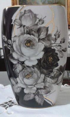 Váza * bílo černý porcelán s malovanými černými a bílými růžemi.