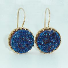 Blue Druzy Earrings, Druzy Drop Earrings, Gold Earrings, Druzy Agate Bezel Sets, Blue Dangle Gemstones Earrings, Crown Lace Settings.  A pair of beautiful Blue Druzy earrings in setted in crown lace settings.  ♣ Gemstone: Blue Druzy. ♣ Length: diameter 1cm , 0.4 inches , 2.5 cm long. ♣ Metal: 18K Gold plate over brass. ♣ Beautifully packaged, ready for gift giving.  Perfect accessory for everyday look or dressy outfit with a great statement look.  HIGH QUALITY 18k gold platting - nickel…