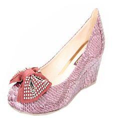 Sandália Madrid Bordô - Mezzo Punto  Sandália em couro tipo croco na cor bordô.  Laço em couro nobuck cor rosa cravejado de metais.  Solado de borracha.  A Mezzo Punto é uma marca de calçados femininos de altíssima qualidade e sofisticação. Sua linha é ideal para gestantes e recém mamães, pois os sapatos são produzidos com couros e materiais extremamente flexíveis para poder calçar confortavelmente os pés das gestantes e das mamães.