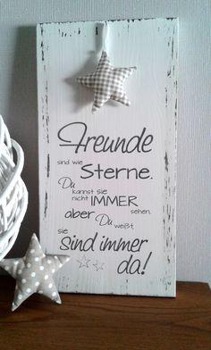 Weißes Holzschild im Shabby-Look mit der Aufschrift: Freunde sind wie Sterne, du kannst Sie nicht immer sehen, aber Du weißt, sie sind immer da.  Schönes Geschenk für die allerbesten...